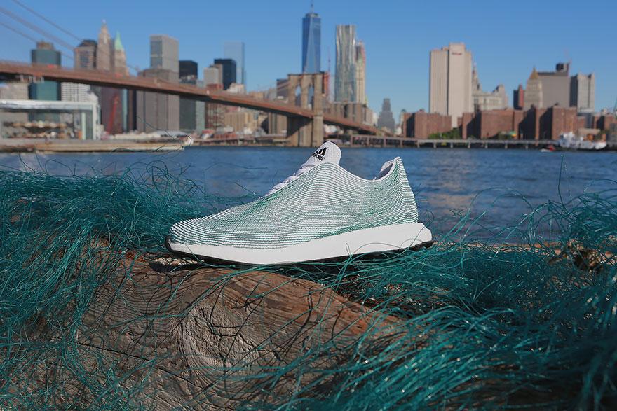 Adidas face incaltaminte din gunoaie